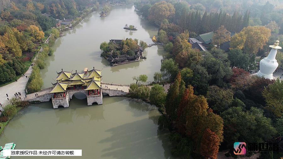 游客在扬州瘦西湖风景区游览(无人机拍摄).
